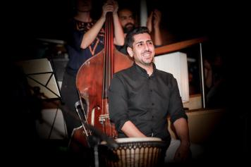 Ali Baferooni: Percussion studierte im Iran Musik und war Mitglied im berühmten Darkoob Ensemble