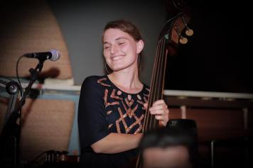 Antonia Dering: Double Bass & Vocals ist Jazzsängerin und Spezialistin für deutsche Chansons sowie Avantgarde-Pop