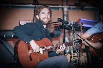 Philip Unterreiner: Guitar & Vocals Musiker und Musikethnologe mit Schwerpunkt interkulturelle musikalische Kommunikation